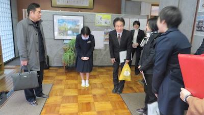 城内中学校 校長先生と生徒代表出迎え