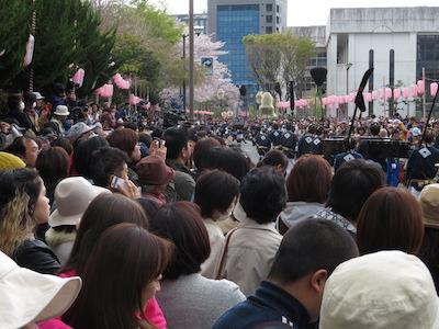 東御門出発式前の観客