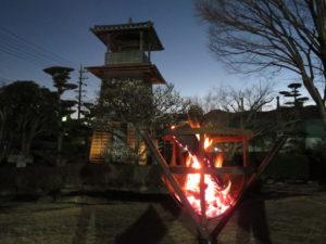 かがり火と鼓楼