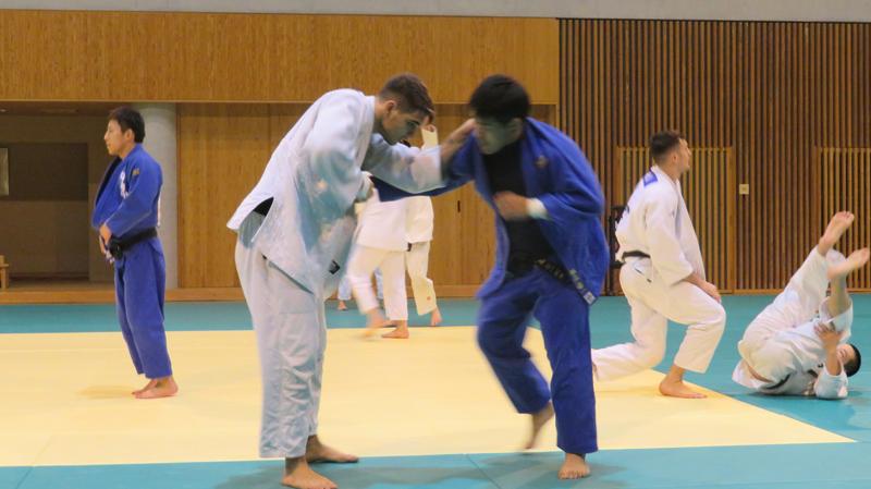 藤枝市武道館で合宿するロンバルド選手