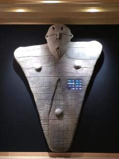 写真:縄文館展示室入口の板状土偶