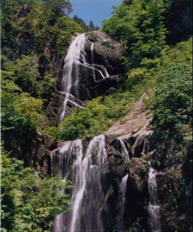 写真:安の滝 新緑時期 北秋田市HP